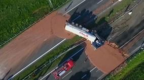 Đường cao tốc phủ đầy socola sau tai nạn hi hữu