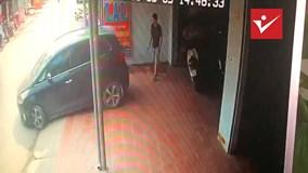 Nữ tài xế lùi Kia Rondo mới mua, ép thanh niên xi-nhan hộ vào tường