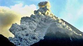 Núi lửa ở Indonesia phun trào như trong ngày tận thế