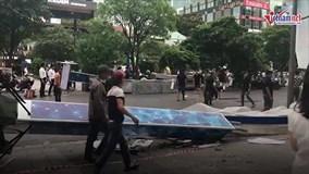 Gió quật đổ 03 cổng chào phố đi bộ Nguyễn Huệ, 1 người bị đè bất tỉnh