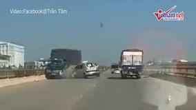 Khoảnh khắc taxi bất ngờ lấn làn rồi tông thẳng xe tải đi ngược chiều