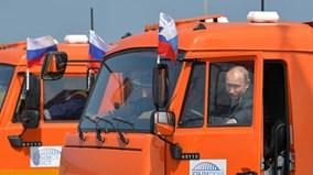 Ông Putin tự lái xe tải hạng nặng qua cây cầu dài nhất châu Âu