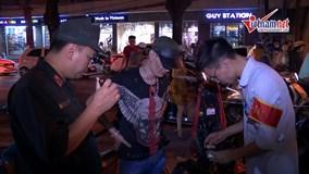 Theo chân cảnh sát 141 tuần tra đêm, 'tóm' người vi phạm trên phố Hà Nội
