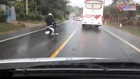 Xe máy phóng nhanh vượt ẩu, lao thẳng gầm xe tải ngược chiều