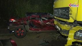 Lấn làn tông trực diện xe tải, 4 người trên xe ô tô con thương vong