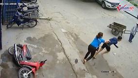 Trộm bẻ khóa xe máy trắng trợn giữa ban ngày trên phố Hà Nội
