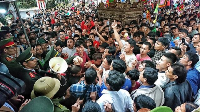 Hàng trăm thanh niên vây kín đền Hiền Quan đòi cướp...