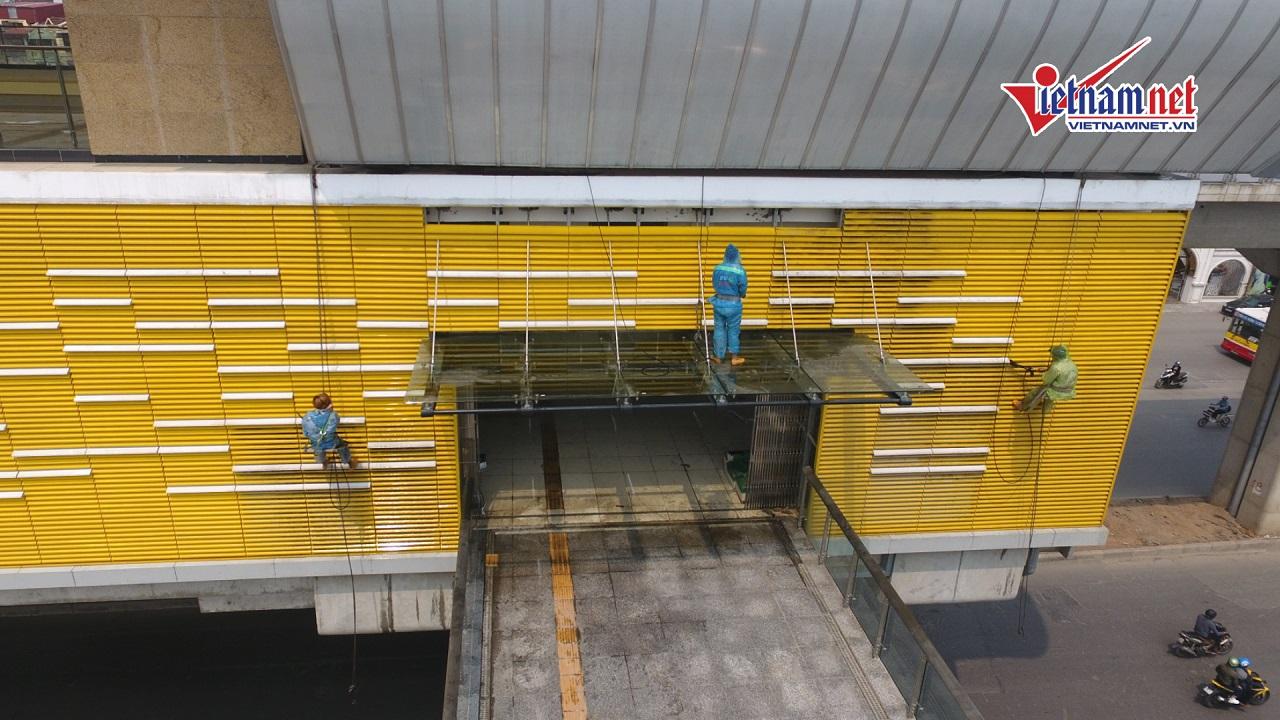 Xem công nhân đu dây xịt rửa nhà ga đường sắt Cát Linh...