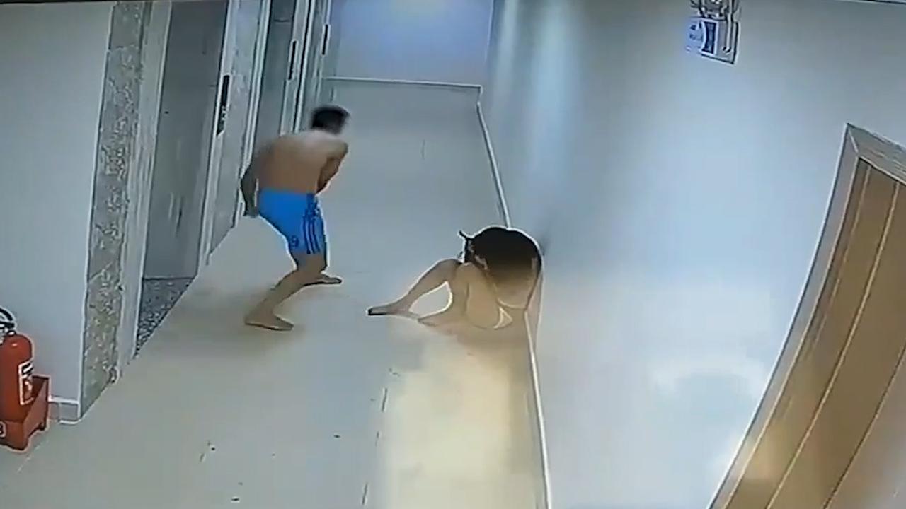 Người đàn ông đánh dã man 1 phụ nữ ở hành lang chung cư