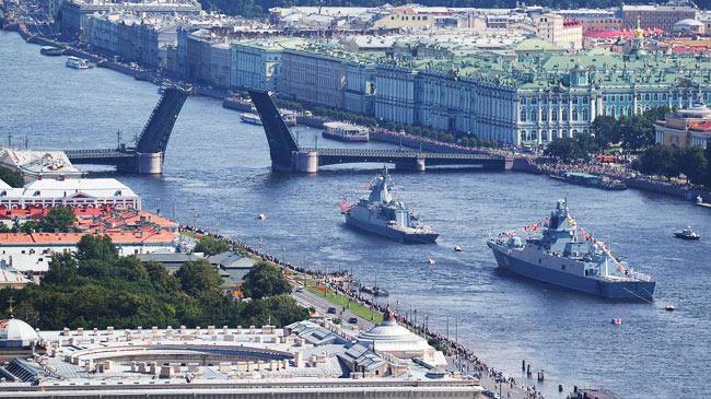 Mãn nhãn với màn diễu hành trên biển của tàu chiến,...