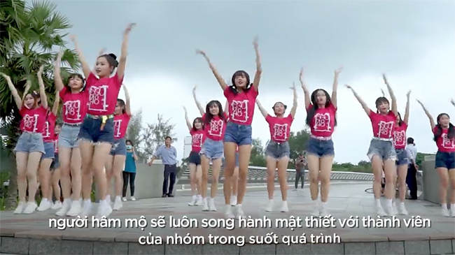 Nhóm nhạc đông nhất Việt Nam nhảy flashmob tưng bừng...