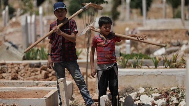 Những đứa trẻ đào mộ ở mảnh đất chết chóc, nguy hiểm...