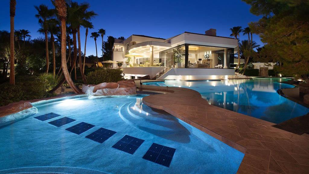 Bên trong biệt thự sang trọng ở Las Vegas có thác nước,...