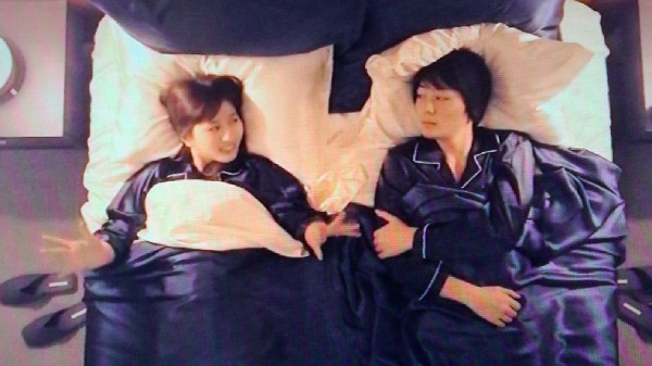 Show Nhật Bản để sao nam ngủ chung giường với cô gái...