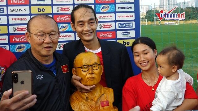 Trước trận gặp Thái Lan, HLV Park Hang-seo nhận quà...