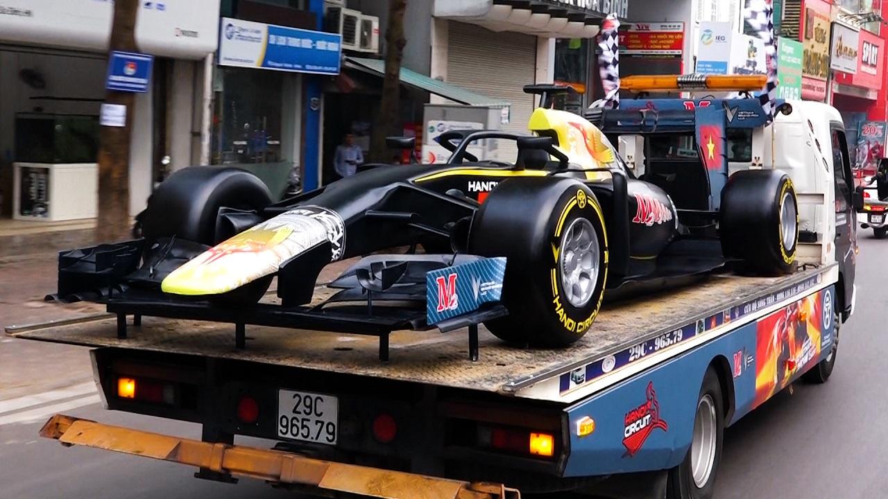 Dân Hà Nội trầm trồ ngắm mô hình xe đua F1 diễu hành...