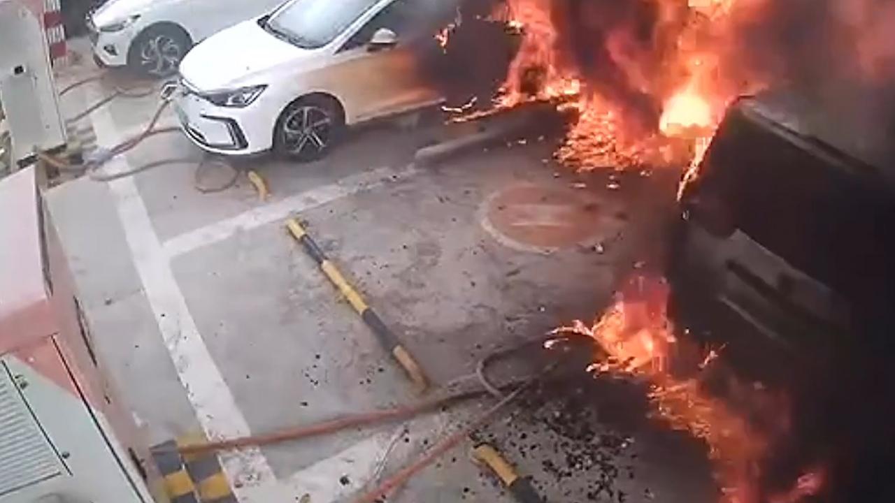 Ôtô điện đang sạc bất ngờ bốc cháy dữ dội