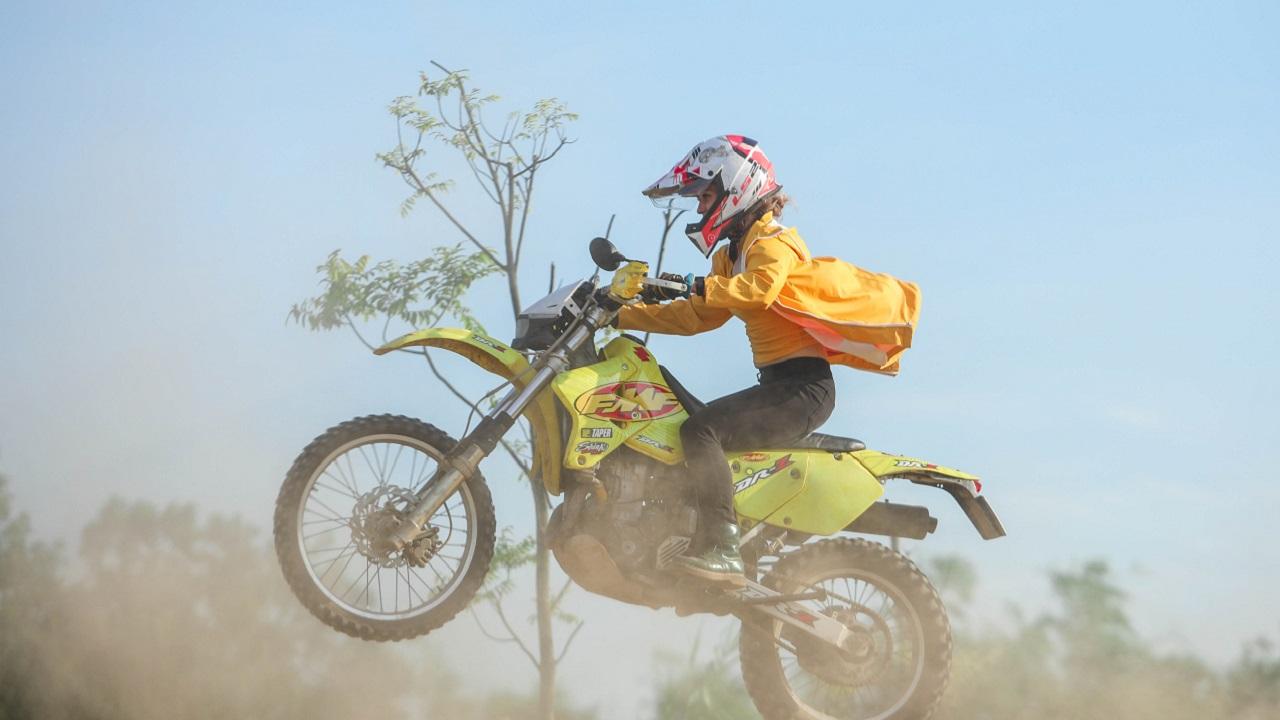 Xem xe máy ''bay lượn'' trên đường đua địa hình đầu...