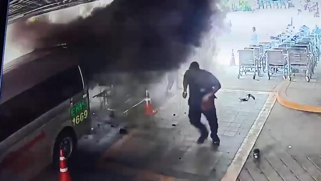 Đang chuyển bệnh nhân thì xe cứu thương bất ngờ phát...