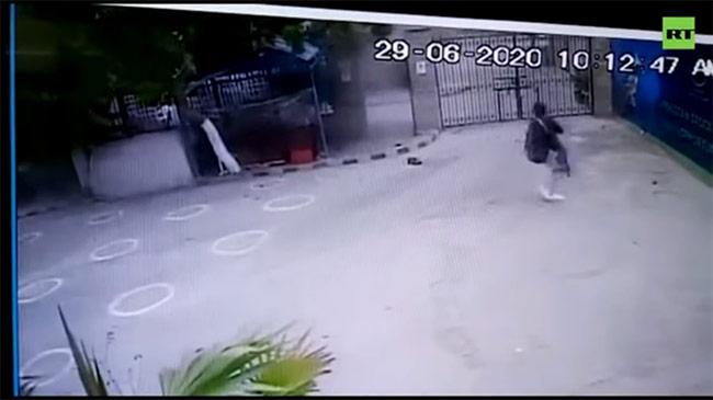 Khoảnh khắc khủng bố xả súng tấn công vào sở giao dịch...