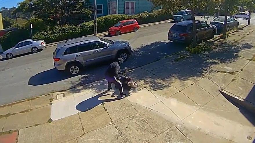 Đậu ô tô chờ sẵn, kẻ cướp rút súng tấn công dã man...
