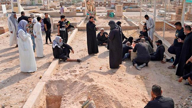 Được bật đèn xanh, dân Iraq đổ về nghĩa trang đào mộ...