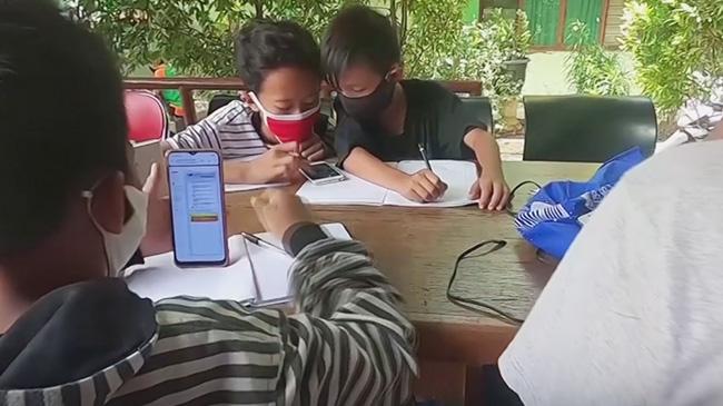 Không có tiền nối mạng, học sinh Indonesia gom rác...