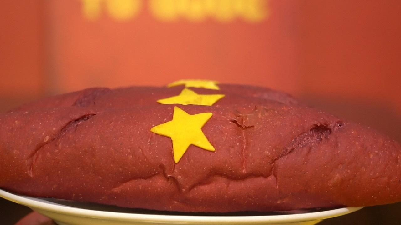 ''Bánh mì Tổ quốc'' sản xuất kỳ công hút giới trẻ Hà Thành
