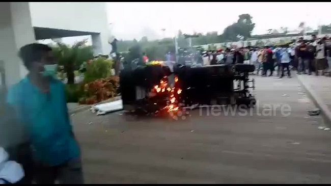 Hình ảnh ''nóng'' công nhân đập phá nhà máy sản xuất...