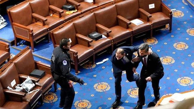 Khung cảnh hỗn loạn bên trong tòa Quốc hội Mỹ, nghị...