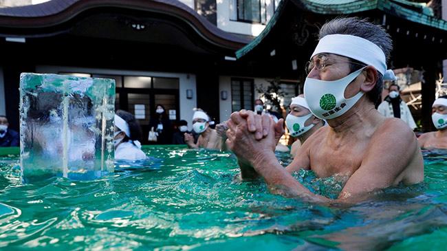 Người Nhật khỏa thân ''90%'', ngâm mình trong nước...
