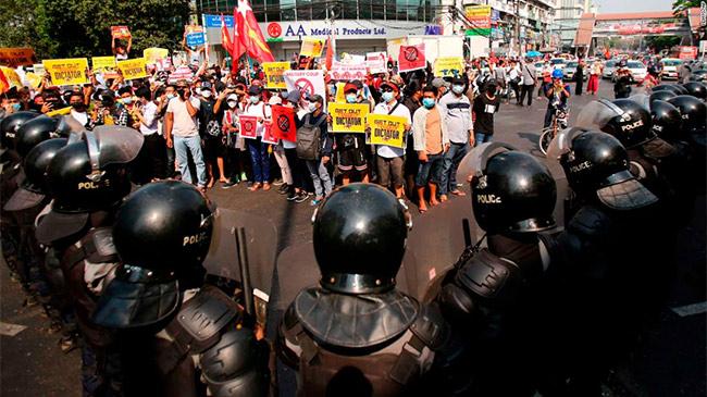 Người Myanmar xuống đường trong cuộc biểu tình lớn...