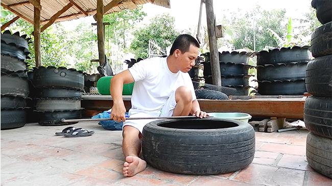 Anh nông dân ''hô biến'' hàng trăm lốp xe cũ thành...