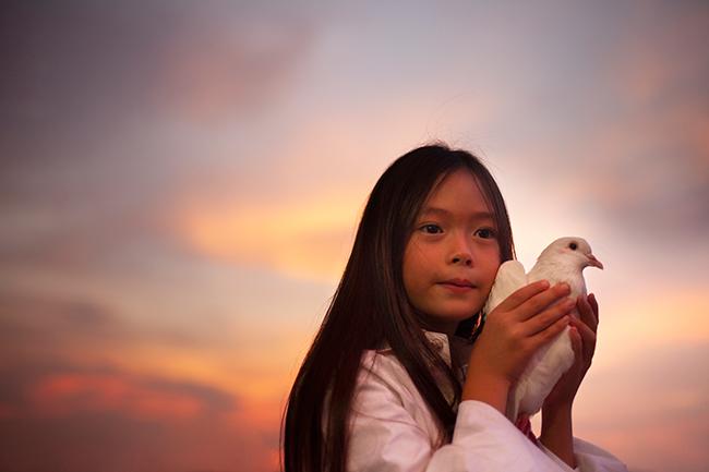 Con gái Đoan Trang hát ''Cho con'' nhân ngày Quốc tế...