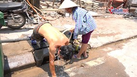 Hà Nội nắng nóng 42 độ, thanh niên cởi trần tắm ngay trên phố