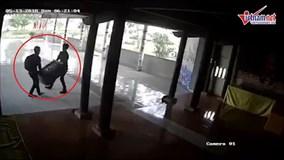 Hai thanh niên ngang nhiên khiêng trộm hòm công đức giữa ban ngày