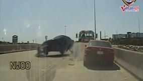 Chiếc SUV mất lái trên cao tốc, nhân viên cảnh sát thoát nạn trong vài giây