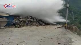 Lũ cuốn như sóng thần ập tới, suýt nuốt chửng công nhân