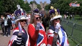 Người hâm mộ ăn ngủ quanh lâu đài Windsor đợi đám cưới Hoàng tử Harry
