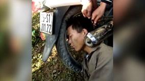 Hy hữu: Giải cứu người đàn ông say rượu bị kẹt đầu vào pô xe máy