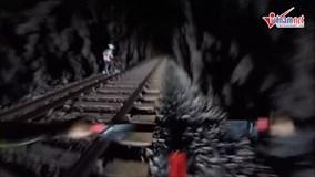 Tình huống đáng sợ khi biker gặp tàu hoả trong đường hầm hẹp