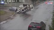Ô tô bị đâm lộn ngược, tài xế thoát ra một cách thần kỳ