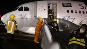 Máy bay hạ cánh bằng mũi, đường băng tóe lửa