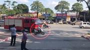 Người phụ nữ chạy xe Lead 'hồn nhiên' tạt đầu xe cứu hỏa trên phố Hà Nội