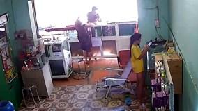Thanh niên táo tợn đấm thẳng mặt chủ quán để cướp điện thoại