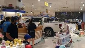"""Nữ tài xế """"phóng"""" xe bán tải 'san bằng' hiệu sách tại Kontum"""