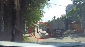 Tài xế xe tải mở cửa hất văng thanh niên vào vệ đường