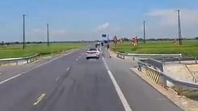 Ô tô tông người điều khiển xe máy bay xuống ruộng