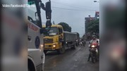 Người phụ nữ chặn, đu bám xe tải gây hỗn loạn giao thông