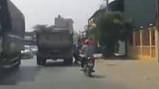 Tránh phụ nữ đi ngược chiều, người đi xe máy va vào xe tải suýt chết